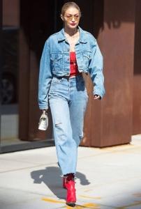 Gigi Hadid kot mont ve kot pantolon stili