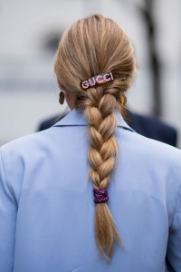 Gucci sloganlı saç tokası trendi 2019