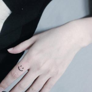Gülen yüz parmak dövmesi