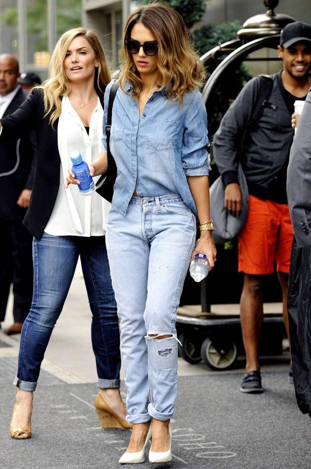 Jessica Alba yırtık jean kot gömlek stili