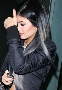 Kylie jenner koyu siyah gri karışımı saç rengi