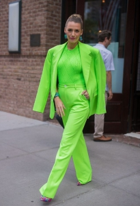 Neon yeşil maskülen stili ile Blake Lively