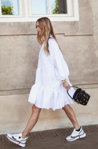 Yazlık beyaz elbise beyaz spor ayakkabı kombini 2020