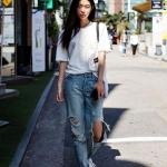 Yırtık jean pantolon beyaz tişört kombini 2020